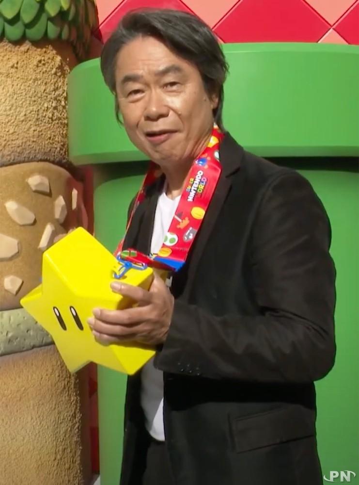 Shigeru Miyamoto se goinfre de popcorn au parc Super Nintendo World